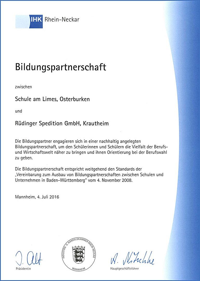 """Man sieht ein DIN-A4-Papier mit dem Titel """"Bildungspartnerschaft"""" der IHK Rhein Neckar. Unten ist mittig ein Siegel und es sind zwei Unterschriften rechts und links davon."""