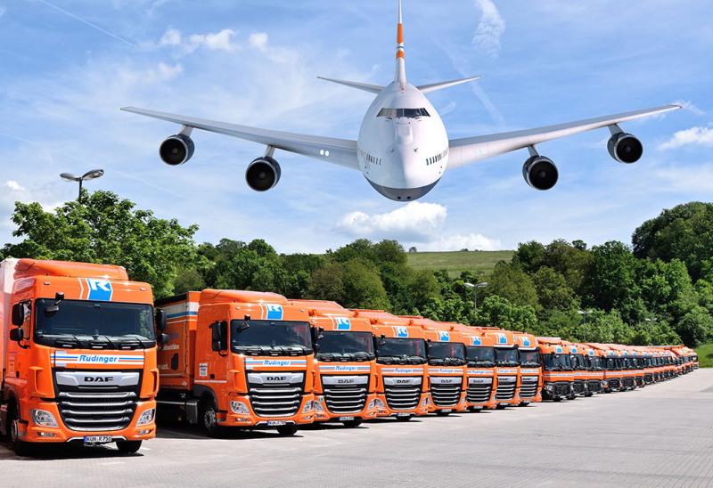 Vor einem hellgelben Hintergrund steht ein Flugzeug, die Flügel sind im Foto rechts und links beschnitten. Es ist Morgenstimmung.