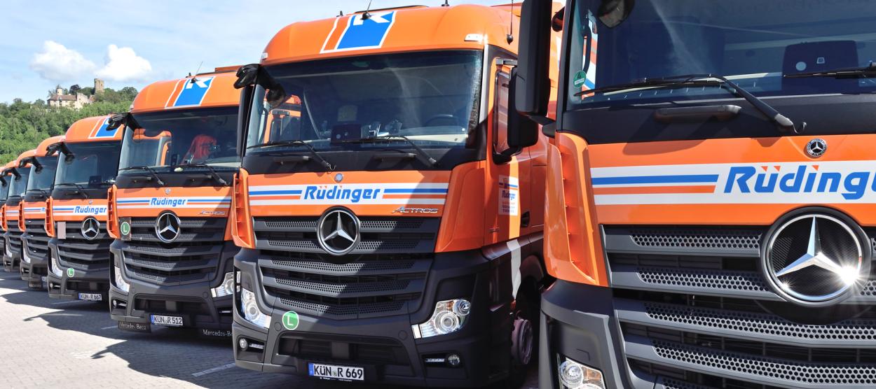 Auf der Seite mit dem Angebot für Lkw-Fahrer ist ein Truck, und zwar die vordere Front riesig fotografiert. Der untere Rand ist der komplette Daimler-Stern, oben sieht man schon die Scheibenwischer nicht mehr.