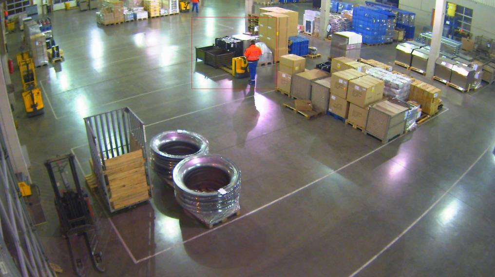 Videoüberwachung von oben: man sieht einen Teil der Umschlaghalle aus der Sicht der Videokamera. Dort sieht man sehr viele Waren und einen Mitarbeiter