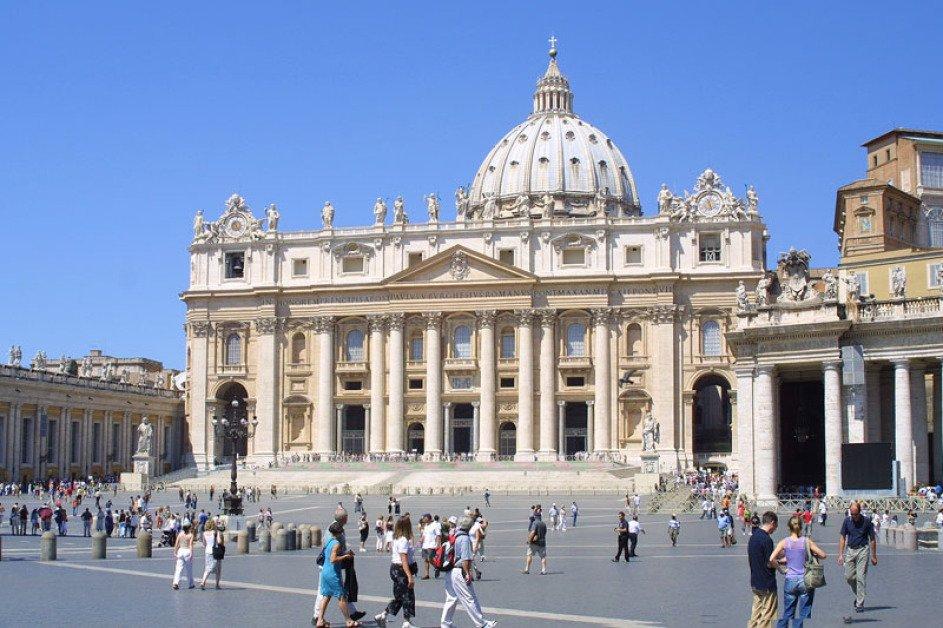 Man sieht auf den Petersdom in Rom und den riesigen Petersplatz davor. Nur wenige Menschen kann man erkennen, Das Wetter ist bestens, der Himmel wolkenlos.