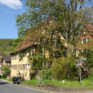 Das Gasthaus zum Ochsen von der Straße etwas höher aus fotografiert.
