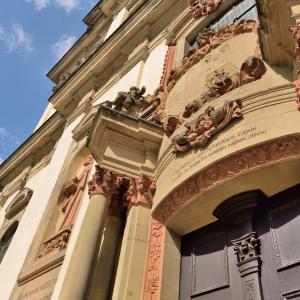 Man blickt auf den Sandstein, an einer Türe vorbei in die Höhe des Klosters Schöntal. Links oben ist eine blaue Ecke Himmel.