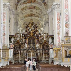 Es ist eine Innenansicht im Kloster Schöntal, fotografiert mit Weitwinkelperspektive.