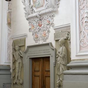 Ein Detail über einer Türe im Kloster Schöntal: Die Türe ist braun, alles andere weiß und grau.