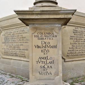 Man blickt auf eine der vielen Hinweistafeln des Klosters Schöntal.